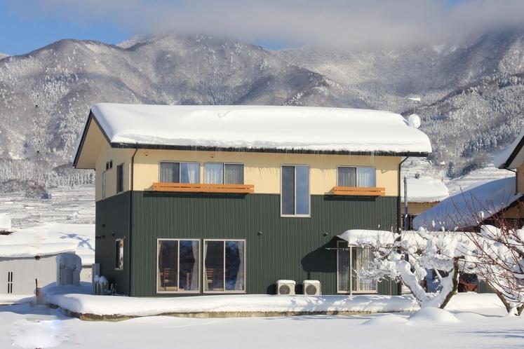 当館と高社山の冬景色(外観)