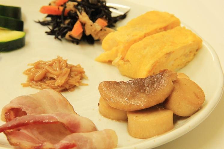 朝食は手作りメニューの家庭料理。業務用総菜は使用しません。