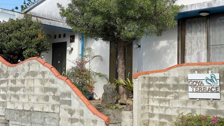・Goya Terrace入り口 ビーチサンダルの看板が目印です♪