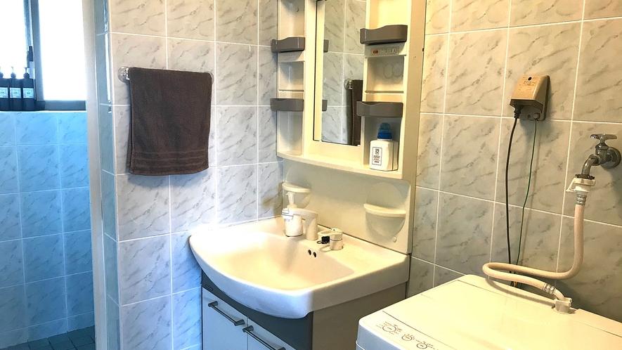 ・Cottage Bシャワールーム 長期滞在にも嬉しい洗濯機付です!