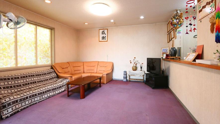 ◆当館のロビーとフロント☆旅もしくはビジネスで到着した際は一旦ソファに座ってホッと一息