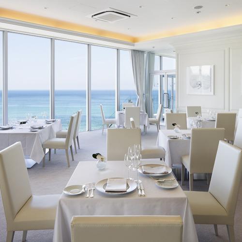 【レストラン「ロルキデ・ブランシュ」】白を基調とした明るい雰囲気