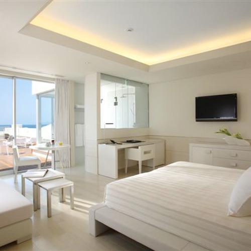 【ラ・スイートグレージュ】白やグレー、ベージュまでのカラーパレットで装飾された室内