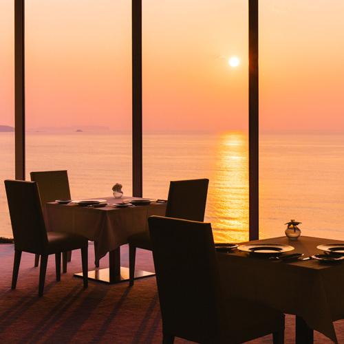 【レストラン「ロルキデ・ブランシュ」】夕方になると、レストラン全体が美しいオレンジ色に染まります。