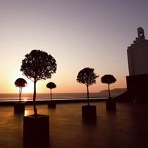 【中庭】天気の良い日には、玄海灘に沈む夕日をご覧いただけます