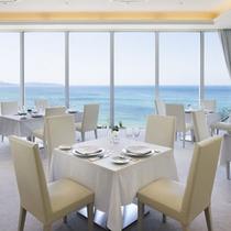 【レストラン「ロルキデ・ブランシュ」】大きな窓から海が見渡せます