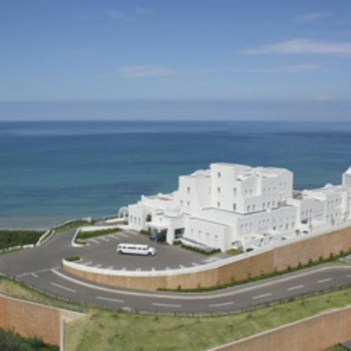 【外観・空撮】青い海と空に映える白亜のリゾートホテル