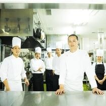当ホテル料理を手がける兵頭賢馬エグゼクティブシェフと調理スタッフ