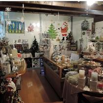 *【施設/ショップ】1年を通してクリスマス雑貨を並ぶとともに、個性豊かな作品も揃っています。