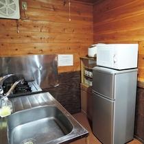 *【コテージ/レインディア】キッチンをはじめ、食器や調理器具も備え付けてあります。