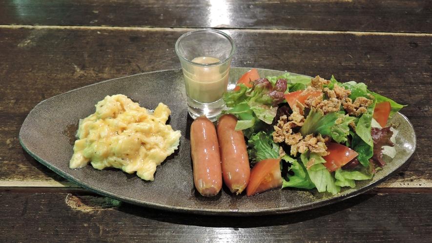 *【朝食一例】健康で新鮮な有精卵をはじめ、一品一品、食材にこだわって仕上げています。