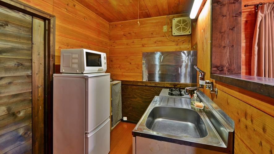 *【コテージ/レインディア】キッチンには鍋やフライパンなど充実の調理器具あり。