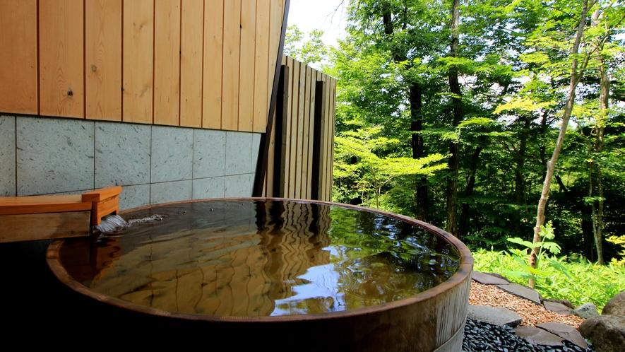 【南月の湯】十和田石造りの内風呂と高野槇風呂の露天風呂