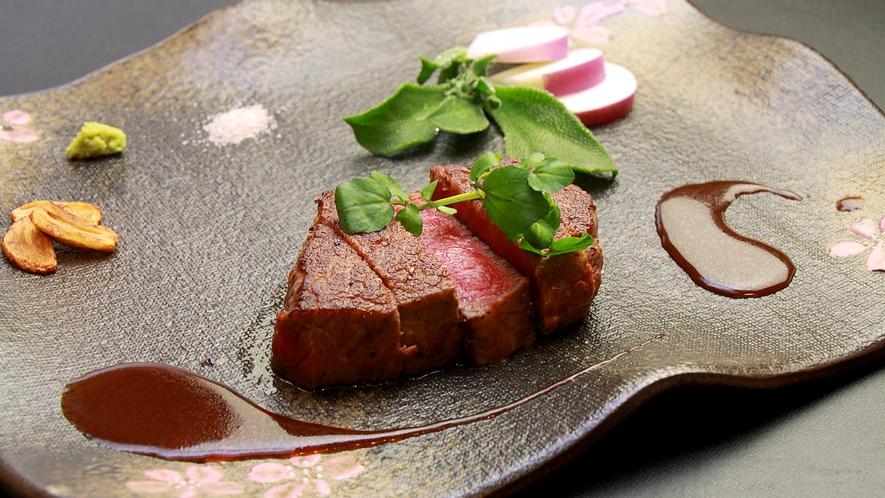 赤みが強く、肉の香りと程よい油の旨みが口いっぱいに広がる