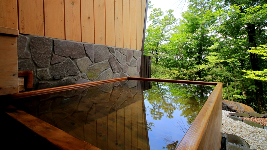 【黒尾谷の湯】鉄平造りの内風呂と高野槇風呂の露天風呂