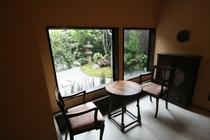 翠の間 lounge featured a garden view