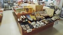 *【館内/お土産売り場】西木町特産のほうれん草めんをはじめ、名産品が豊富に揃っています。