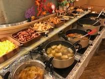 温かい料理がたくさんの朝食会場