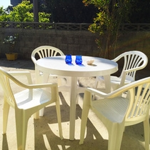 庭のガーデンテーブル