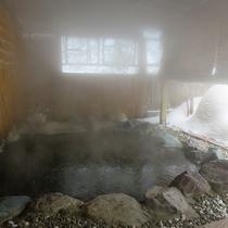 *氷点下10℃の露天風呂。外気が冷たいのでゆっくり入れます。
