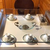 【ベッド棟】テーブル下にカップ・ソーサー・レギュラーコーヒー(無料)をご用意。