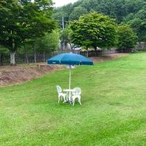 【芝生】テラス席もご用意。どなたでもご自由にご利用いただけます。