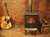 薪ストーブとギター