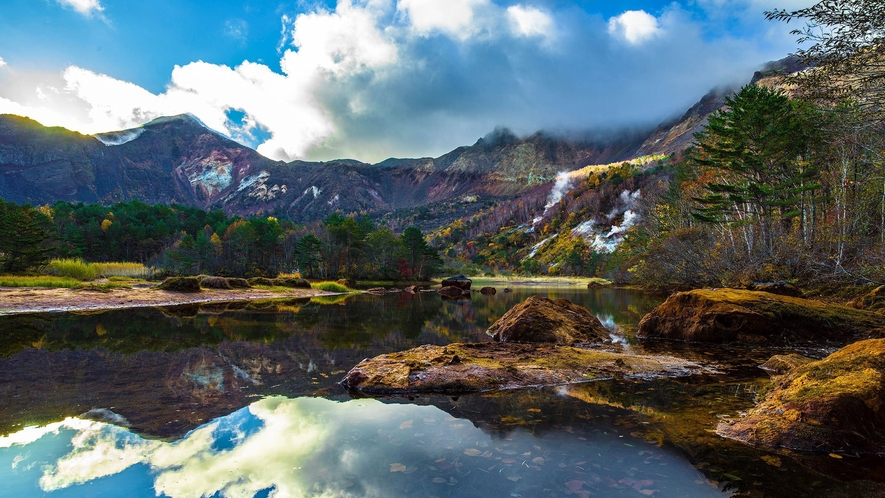 【銅沼】五色沼の色の原点の一つ、噴火で形成された標高1,120mにある火口湖。