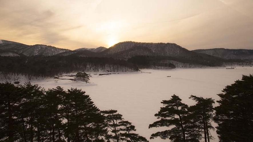 【冬の桧原湖】冬の時期は凍結した湖上でワカサギ釣りが楽しめます。