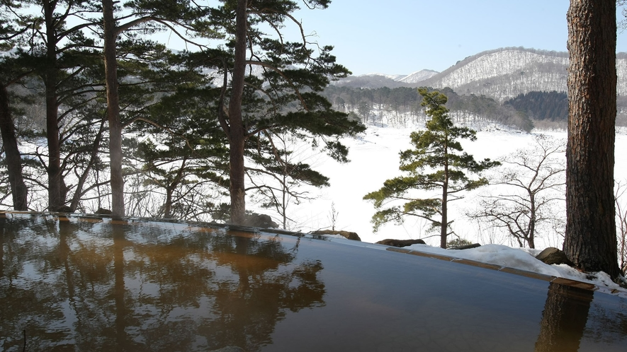 【ひばらみの湯】四季折々の景色が楽しめる絶景露天温泉。冬は雪景色が望めます。