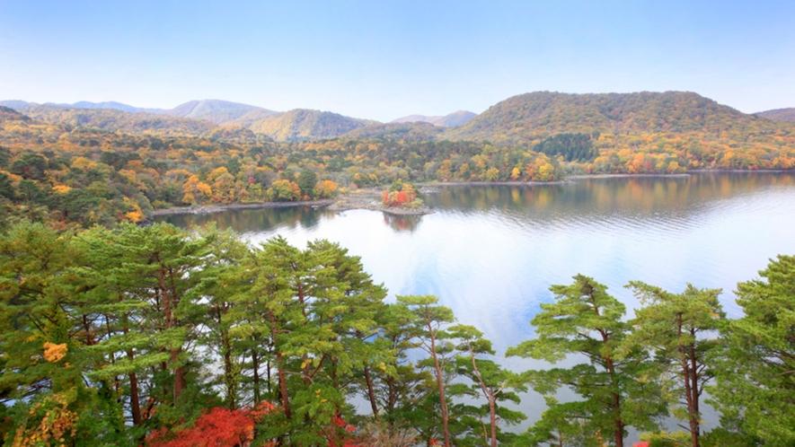 【秋の桧原湖】磐梯高原の中心に位置するエリア最大の湖。紅葉時期はさらに美しさを増します。