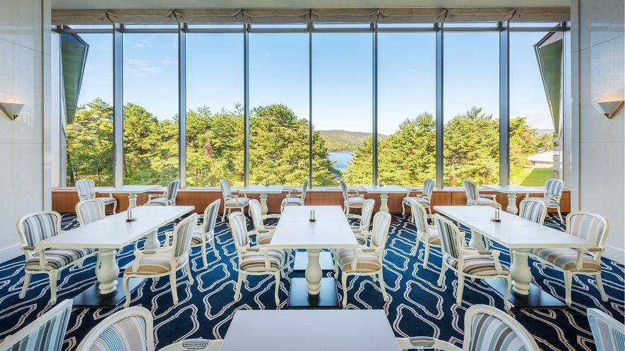 フレンチレストラン【メイプル】大きな窓からは眼下に桧原湖が広がります。