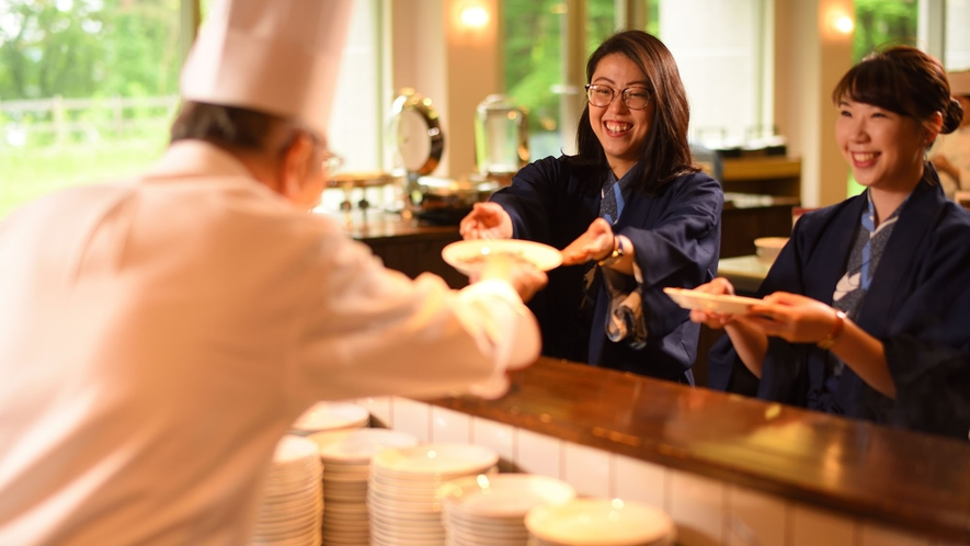 【バイキング】シェフが目の前で調理する牛鉄板焼きや天ぷらが人気♪