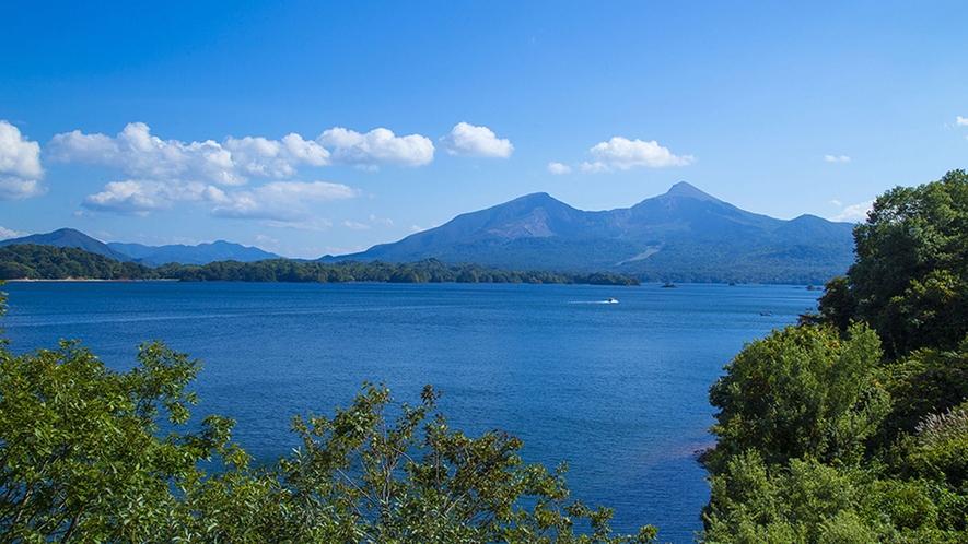 【桧原湖】磐梯山を仰ぎながら散策が楽しめる、白樺側からのスタートが人気です。