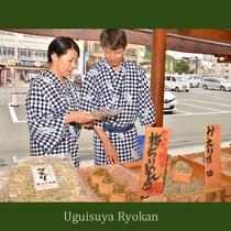小浜温泉の中心に店舗を構える土産店では、海産物や土産品を多く取り揃えています。(小浜海産/無休)