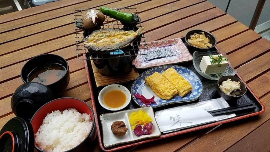当館の朝食は鮎の名産地「日高川」の鮎の一夜干しと、橋本市の特産「はしたま」のだし巻き卵がウリ。