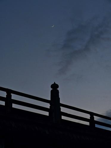 三条大橋と新月