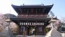 桜の時期の石鎚神社門