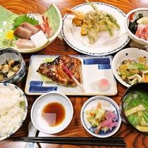 *ご夕食一例:地元産にこだわった魚介類を中心にした季節の会席料理