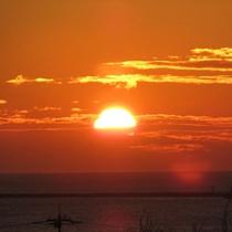 *海に沈むロマンティックな夕陽