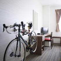 室内に自転車を掛けられるお部屋もございます
