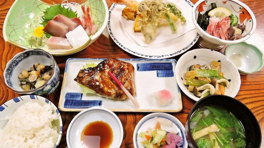 *ご夕食一例:地元産にこだわった魚介類を中心にした季節のお料理