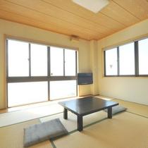 【客室一例】日本海を望む和室。お風呂・トイレは共同です