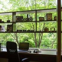 【ザ・書斎】窓の向こうには緑が広がる贅沢な景観。ご自分の世界に没頭できます。