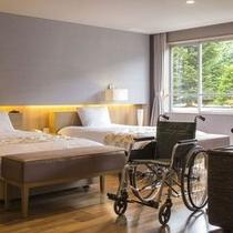 【ユニバーサルプレミアム】ベッド周りも広めの導線を確保し、車椅子の移動もスムーズです。