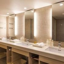 【レディースプレミアム】客室に備えた3つの洗面台。ヘアアイロンもございます。