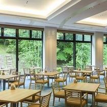 【ブッフェ会場】大きな窓を配し、豊かな自然を感じながらお食事をお楽しみいただけます。