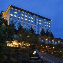 【外観】静けさに包まれる北湯沢の夜。窓からの灯りが柔らかく辺りを照らします。