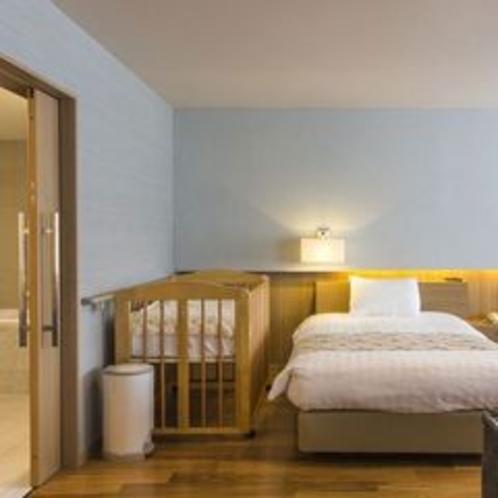 【ベビールーム】ベビー用ベッド、そして浴槽にはバスタブを完備し、小さな赤ちゃん連れでも安心です。