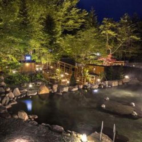 【大露天風呂HOSHI★ZORA】大露天から香り湯へつなぐ回廊と木々。自然と一体化した露天風呂です。